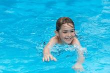 foto: Child-Swimming-in-pool.jpg